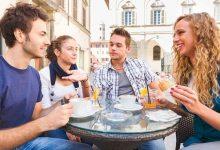 ILA Studenten geniessen eine sonnige Terasse